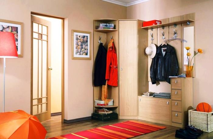 Ещё один способ освободить коридор и избавится от ненужных вещей – правильная мебель.