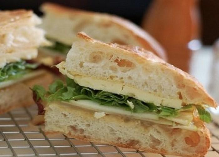 Микроволновка поможет сделать черствые бутерброды свежими.