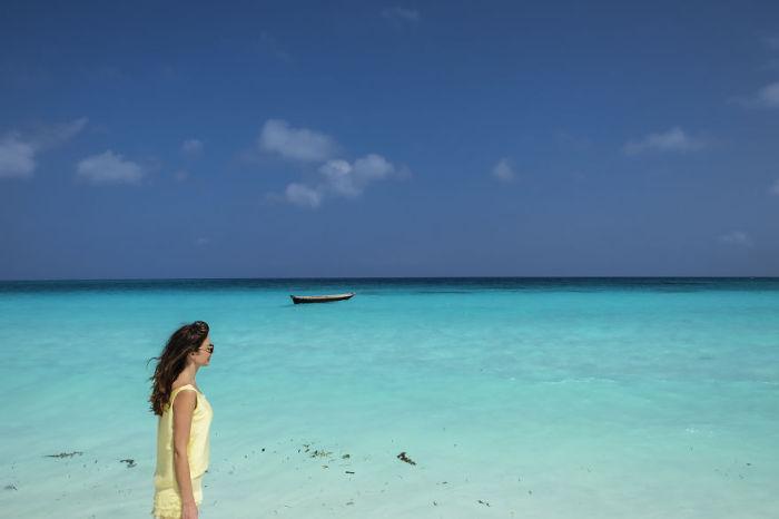 Белоснежный Индийский океан с одинокой лодкой и путницей.