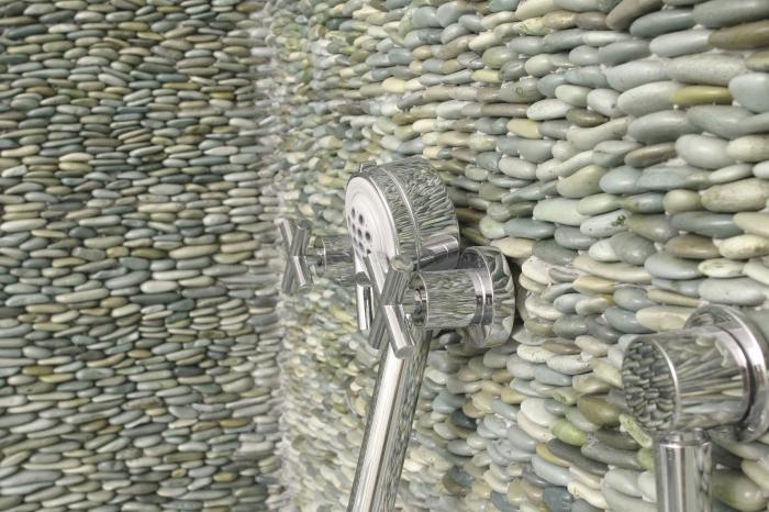 Стена из гальки в ванной комнате будет смотреться очень органично. /Фото: img.aviarydecor.com