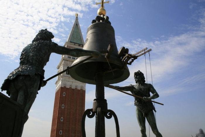 """Фигуры, бьющие в колокол, за время существования потемнели, отчего венецианцы дали им название """"мавры"""""""