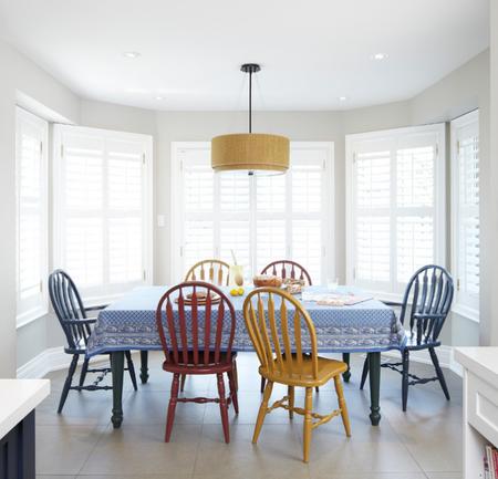Яркое обновление: 12 идей для вашей кухни с разноцветными стульями фото 8