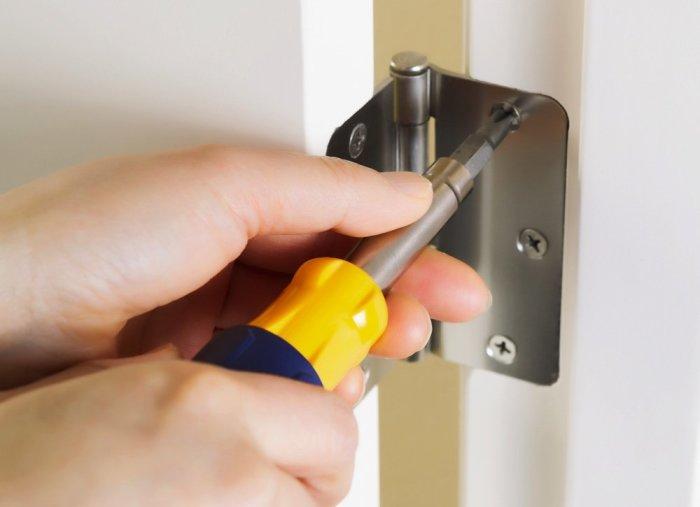 Скрипучие двери можно утихомирить при помощи обычного майонеза. /Фото: s3-production.bobvila.com