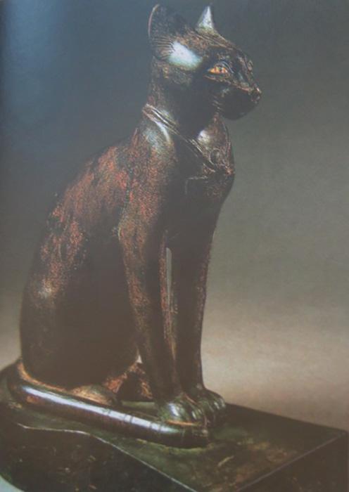 Египетская статуэтка священной кошки богини Баст (или Бастет).
