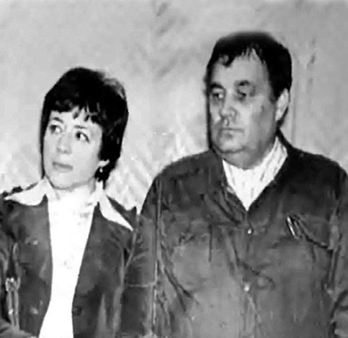 Эльдар Рязанов и Зоя Фомина. </div> <br> <p>Эльдар Рязанов и Зоя Фомина. <br>/ Фото:><br><br>Зоя и сама не заметила, когда этот милый мальчик целиком занял ее сердце. Он стал для нее всем: другом, советчиком, а затем и мужем. Они вместе готовили свой дипломный фильм, вдвоем пришли в документальное кино. <br><br>В 1951 году в семье родилась дочь Оля, а Рязановы перебрались на дачу к другу. Молодой супруг очень редко бывал дома, стремясь обеспечить свою семью всем самым необходимым. Он ездил на съемки по всей стране. И так же, как в студенческие годы, писал подробнейшие, очень нежные письма своей красавице-жене. Он описывал ей те города, в которых бывал, людей, что встречались на его пути. <br><br><center> <p></div> <br> <p>Эльдар Рязанов с дочерью Ольгой. / Фото:><br><br>Эльдар и Зоя росли в профессии вместе, работали, учились, отдыхали всегда только вдвоем. Зоя Фомина была для него светлым очарованием молодости и весны. Но иногда так бывает, что любовь заканчивается. К сожалению, закончилась и эта весна. Все чаще в семье возникали ссоры, все ширилась между некогда любящими людьми бездна непонимания. Они расстались, чуть-чуть не дотянув до серебряной свадьбы. Оба бесконечно страдая от боли, причиненной другому. <br><br>Осталась только одна ниточка, соединившая их: дочь Оля, плод их красивой страстной любви. С ней Эльдар Александрович всегда поддерживал теплые отношения, обожал возиться с внуком Митей, помогал во всем.<br><br> <h2>Звонкая песня лета</h2><center> <p><a  data-cke-saved-href=