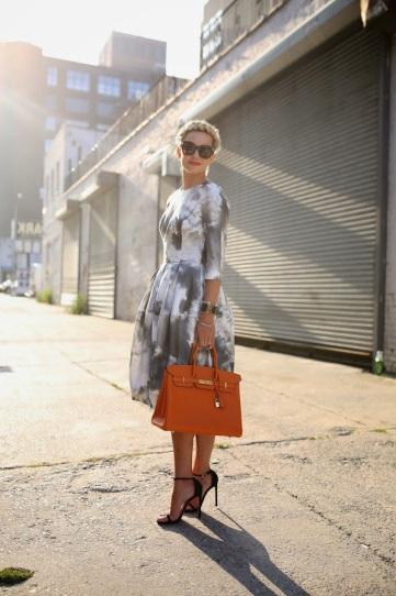 Девушка в великолепном платье и на высоких шпильках