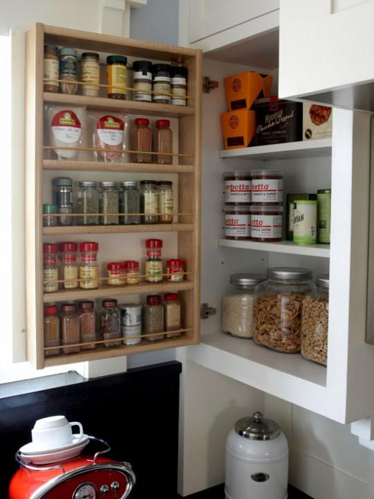 Способы хранения специй на кухне: на двери шкафа