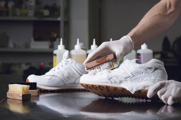 Кроссовки из кожзама можно чистить обычной щеткой. / Фото: revmatolog.net