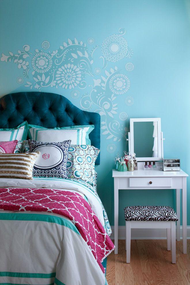 Нежный растительный принт на голубой стене в спальне