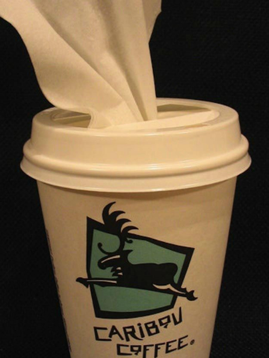 Используйте обыкновенный кофейный стаканчик с крышкой для хранения влажных салфеток. Стакан можно поставить в подстаканник, чтобы салфетки всегда были под рукой.