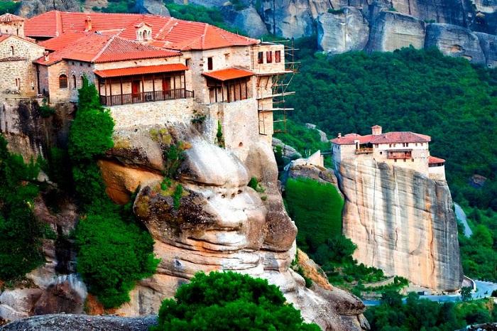 Уникальный храмовый комплекс, расположенный высоко в горах (Метеоры, Греция).