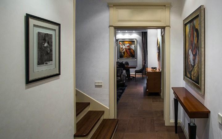 <p>Автор проекта: Полина Пицдан</p> <p>По закону жанра, стена над консолью требует оформления. Если это не зеркало, то консольный столик можно дополнить небольшим ковром или картиной. При этом стилистически они могут не совпадать. </p>