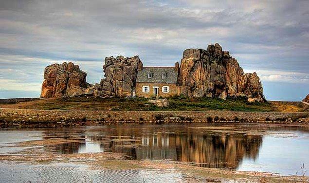 Дом между скал (Франция)