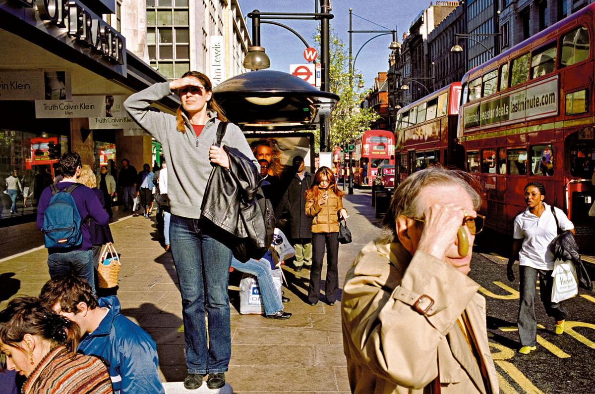 обручальное фото уличных человек защищают салон