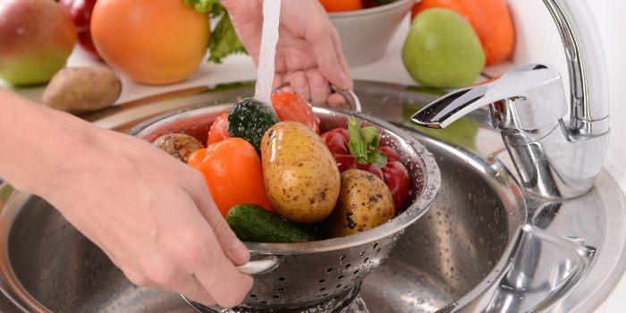 Овощи нужно промыть под проточной водой и замочить в воде на 15-20 минут.