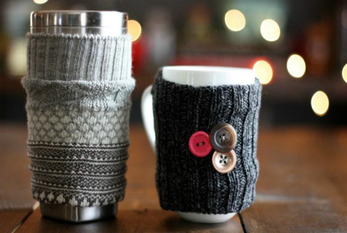 Чашки в шерстяных чехлах.