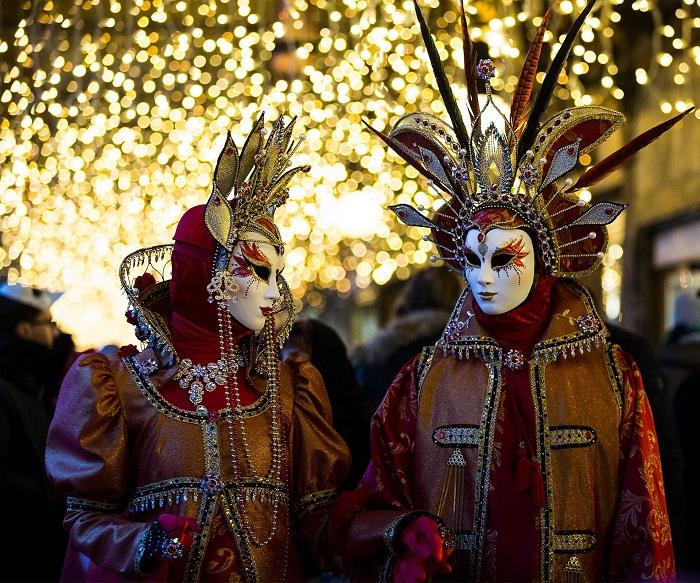 Каждый год более полумиллиона туристов приезжают в Венецию, чтобы посетить карнавальные мероприятия.