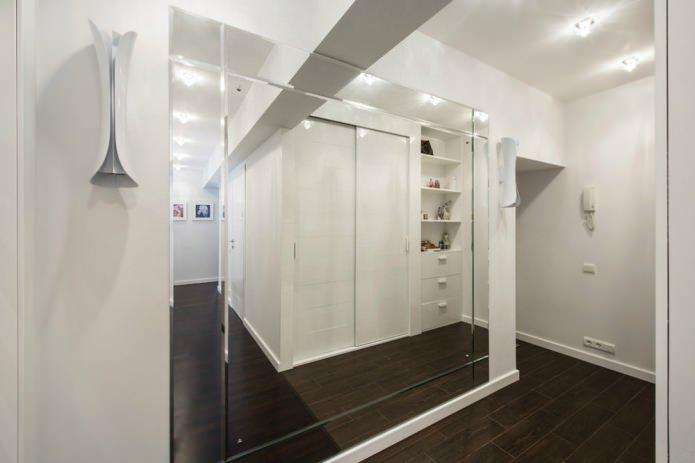 интерьер прихожей в современном стиле с зеркалом во всю стену