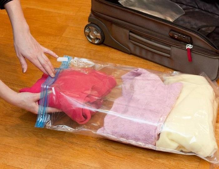 Не все вещи можно хранить в вакуумных пакетах. / Фото: ideal-garderob.ru