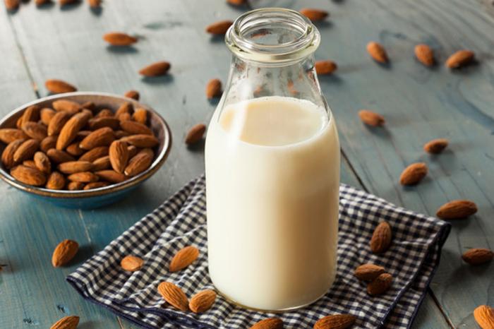 Миндальное молоко вместо коровьего