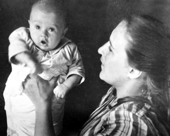Нонна Викторовна с сыном Василием от брака с Вячеславом Тихоновым.