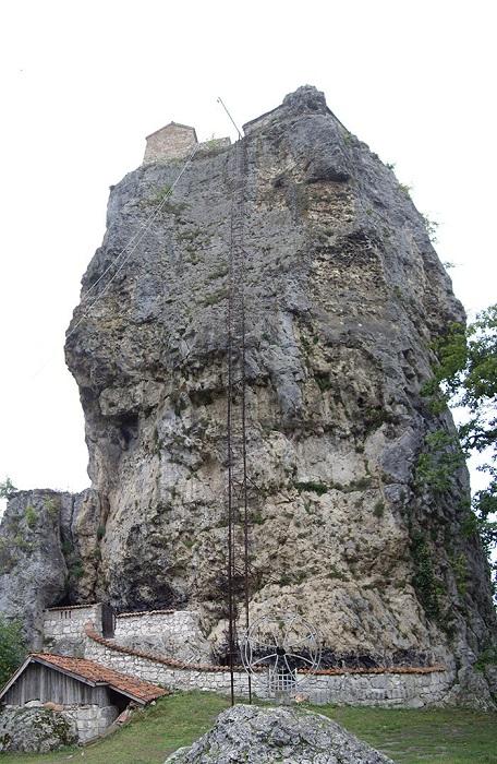 Столп Кацхи - известняковый монолит 40-метровой высоты. | Фото: lifebuzz.com.