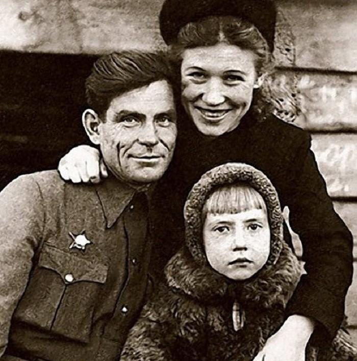 Инна Чурикова с родителями.jpg