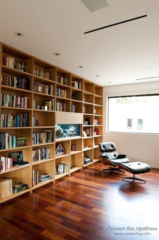 Стеллаж во всю стену с книжными полками, использованный в качестве акцента
