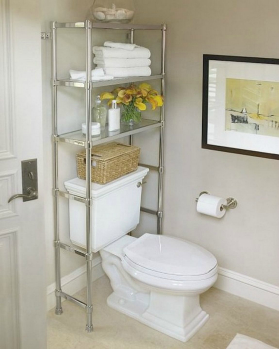 Туалетные принадлежности и моющие средства можно хранить на этажерке, установленной за унитазом.