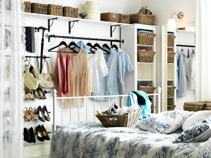 Пустующую стену в комнате можно оборудовать под открытую гардеробную для часто надеваемых вещей и обуви.