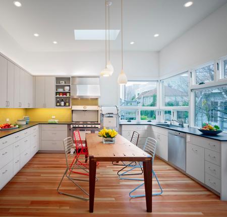 Яркое обновление: 12 идей для вашей кухни с разноцветными стульями фото 9