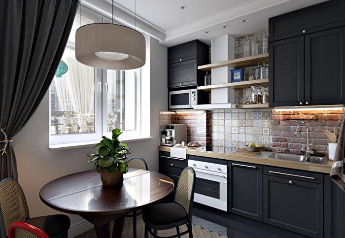 Цвет стен кухни - светлый, но темная мебель и темные шторы, сделают кухню более стильной и современной.