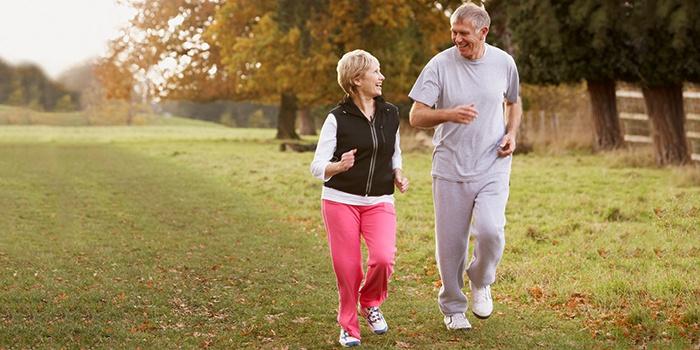 Пожилая пара на пробежке