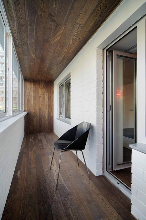 <p>Автор проекта: компания «Градиз».</p> <p>Лоджия, выстроенная в эко-минимализме, продолжает стиль интерьеров всей квартиры. Пол, потолок и торцевые стены декорированы орехом и составляют хорошую рифму с белыми плоскостями.</p>