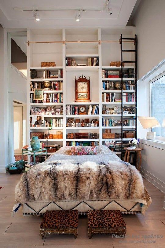 Уютный уголок, в котором поместилась домашняя библиотека