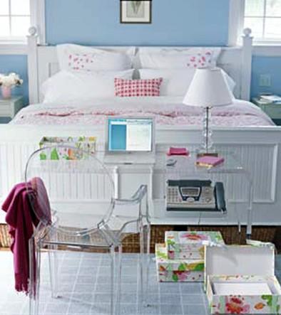 Рабочий уголок в спальне