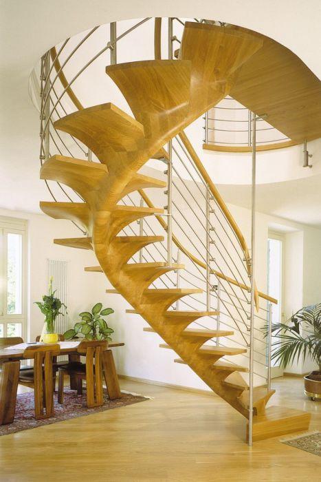 Красивая винтовая лестница.