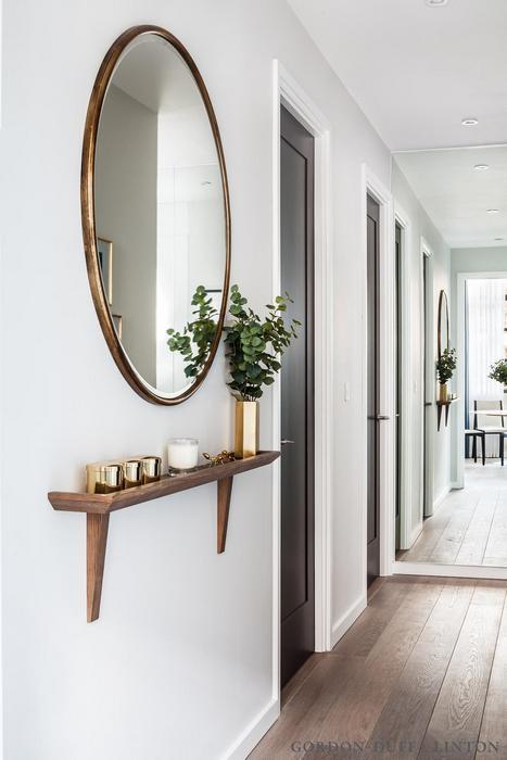 Зеркало отражает естественный свет из другой комнаты.