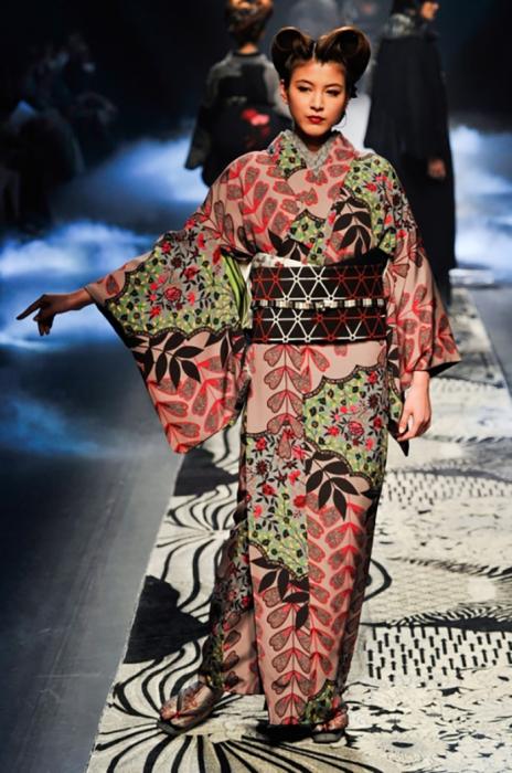 В древности под кимоно могли одевать до десяти слоев нижних тонких разноцветных рубашек, причем их цвета тщательно подбирались в зависимости от ситуации