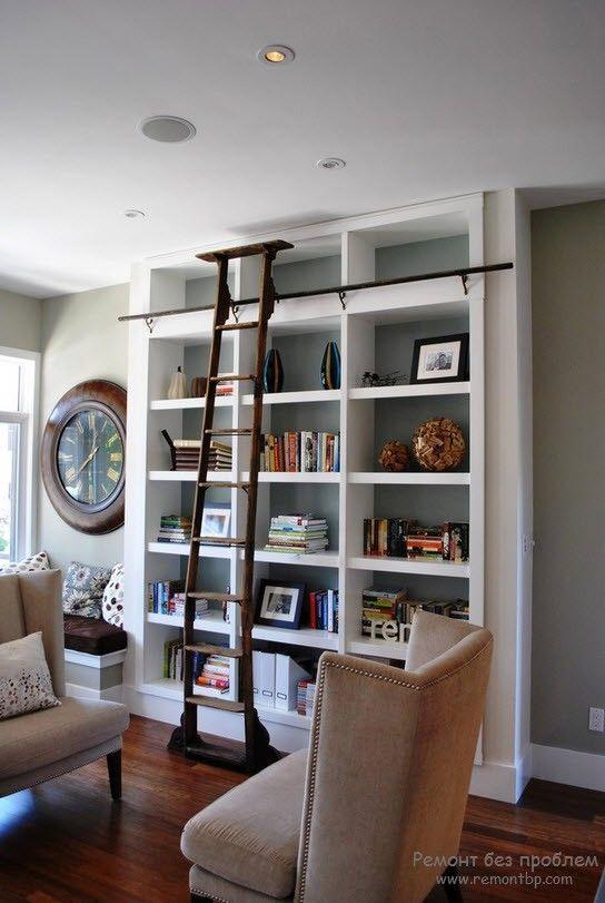Книжный стеллаж в гостиной