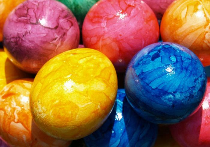 Покраска яиц с использованием подсолнечного масла.