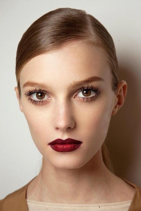 Нюдовый макияж можно добавить яркими губами. / Фото: zen.yandex.ru