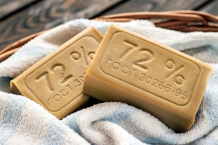 Следы от антиперспиранта натираются хозяйственным мылом / Фото: fastbox.su