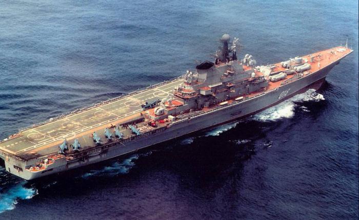 Новороссийск Класс судна: авианесущий крейсер Этот крейсер предназначался для точечного уничтожения подводных лодок противника и ракетных атак надводных судов в составе группы. Проект «Новороссийска» значительно отличался от предыдущих, принятых на рассмотрение ВМФ СССР: планировалось увеличить численность авиагруппы, снизить торпедную нагрузку. Кроме того, судно могло принимать на борт тяжелые транспортные вертолеты и размещать десантные группы. В 1993 году корабль сильно пострадал от пожара в ремонтном доке и был выведен из состава флота. Годом спустя южнокорейская компания приобрела крейсер за 4,314 миллиона долларов и разобрала на металлолом.
