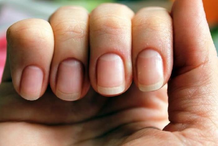 Средство для укрепления и отбеливания ногтей.