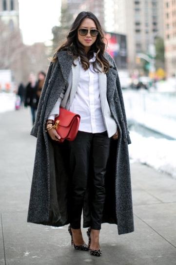 Девушка в кожаных штанах, белой блузе, жакете и пальто