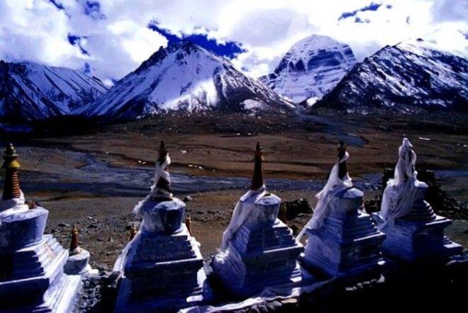 Ступы выстроившиеся в ряд напротив горы Кайлас охраняют монастырь Дрирапук Фото wwwgeosferaorg