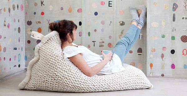 Спасаемся от холодов креативом: 10 идей с крупной вязкой в интерьере фото 11