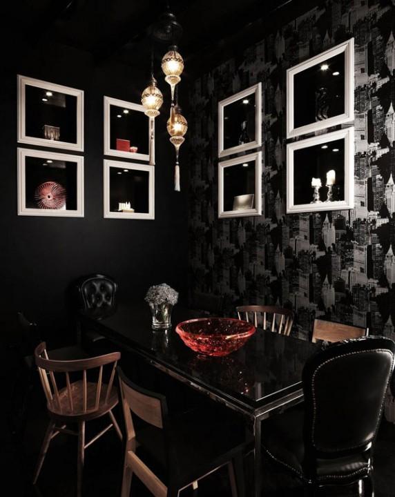 Столовая с черными обоями