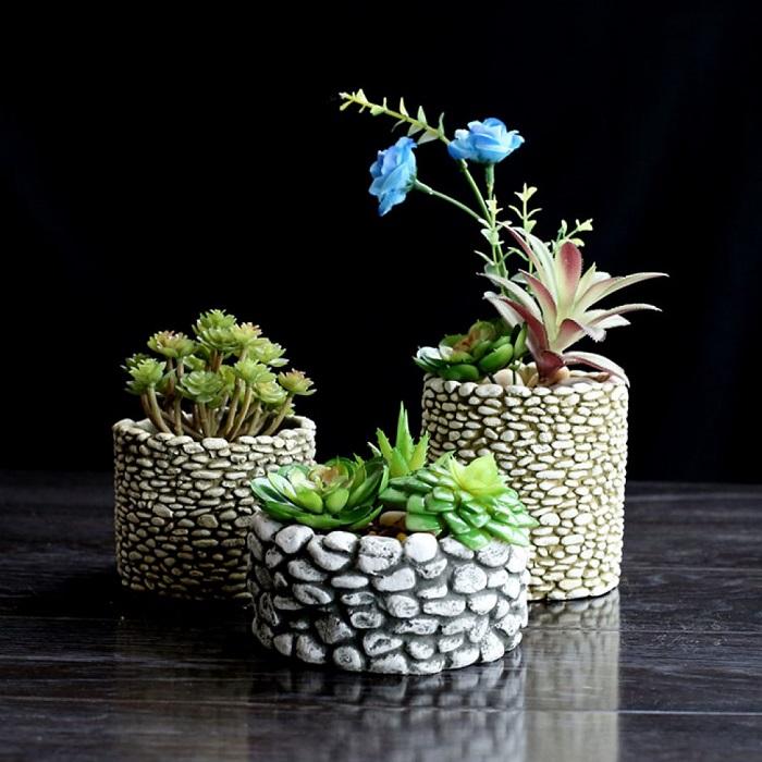 Морскую гальку можно использовать в качестве отделочного материала для старых кашпо и вышедших из моды цветочных горшков.